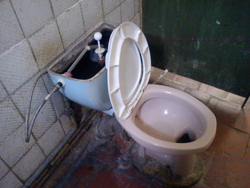Квартирантка вскипятила уксус и залила жидкость в трубу… Сантехники были в шоке!